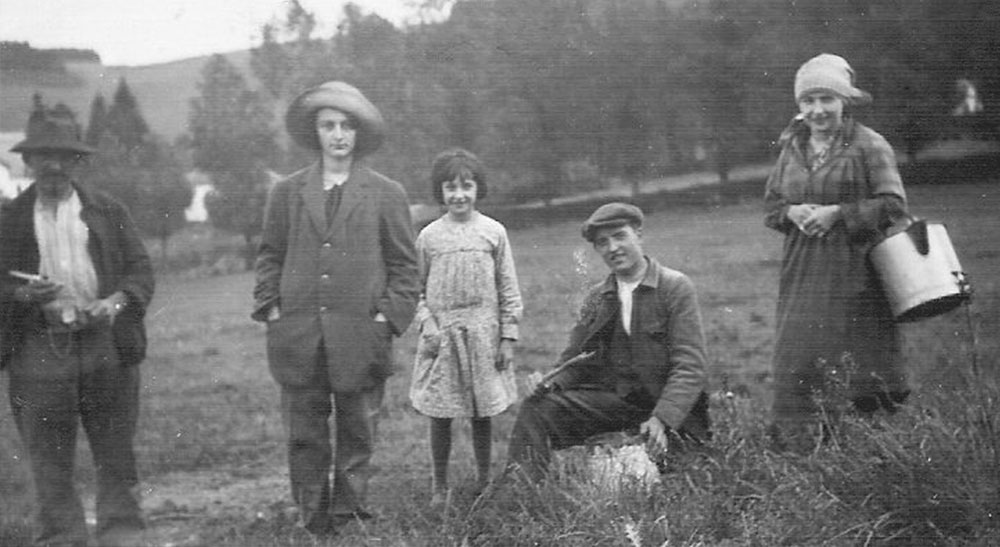 From left to right: Jules (my great grandfather) and his 4 children: Isabelle, Anne-Marie, Victor (my grandfather) and Elia.